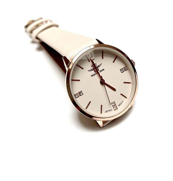 Pulkstenis bēšā krāsā ar kristāliņiem