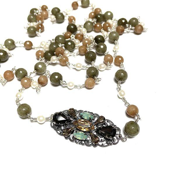 Kaklarota gara ar pērlēm un kristālu dekoru